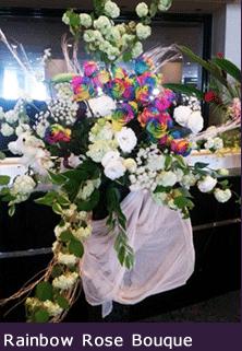 オーダーメイドスタンド花 東京 二子玉川の花屋 レインボーカラーのバラでハート 公演祝いの花