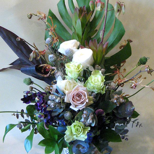 公演祝い アレンジメント アンティークベージュバラとテトラゴナ 二子玉川の花屋 ネイティブフラワーイーダ