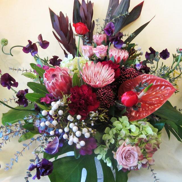 公演祝いのアレンジメント 二子玉川の花屋 ネイティブフラワーイーダにお任せ下さい。