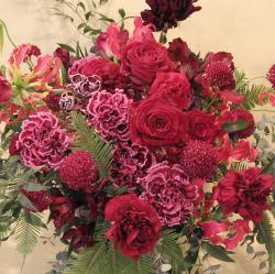 還暦祝い 60歳の誕生日祝いに贈るアレンジメント 二子玉川の花屋 ネイティブフラワーイーダ 深紅のバラ・カーネーション花束