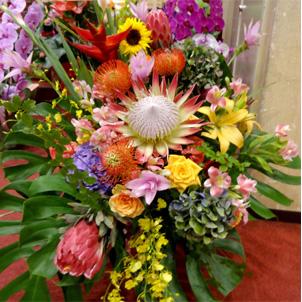 公演祝いのお花 楽屋花にも人気の極彩色のスタンド花